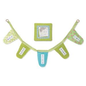 סט מתנה יחודית שרשרת דגלי ברכות בגווני ירוק ומסגרת תמונה מעוצבת